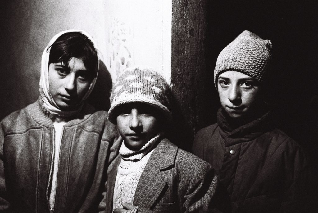 1998 Roemenië, 3 zigeunerkinderen in Mitocu Dragomimei